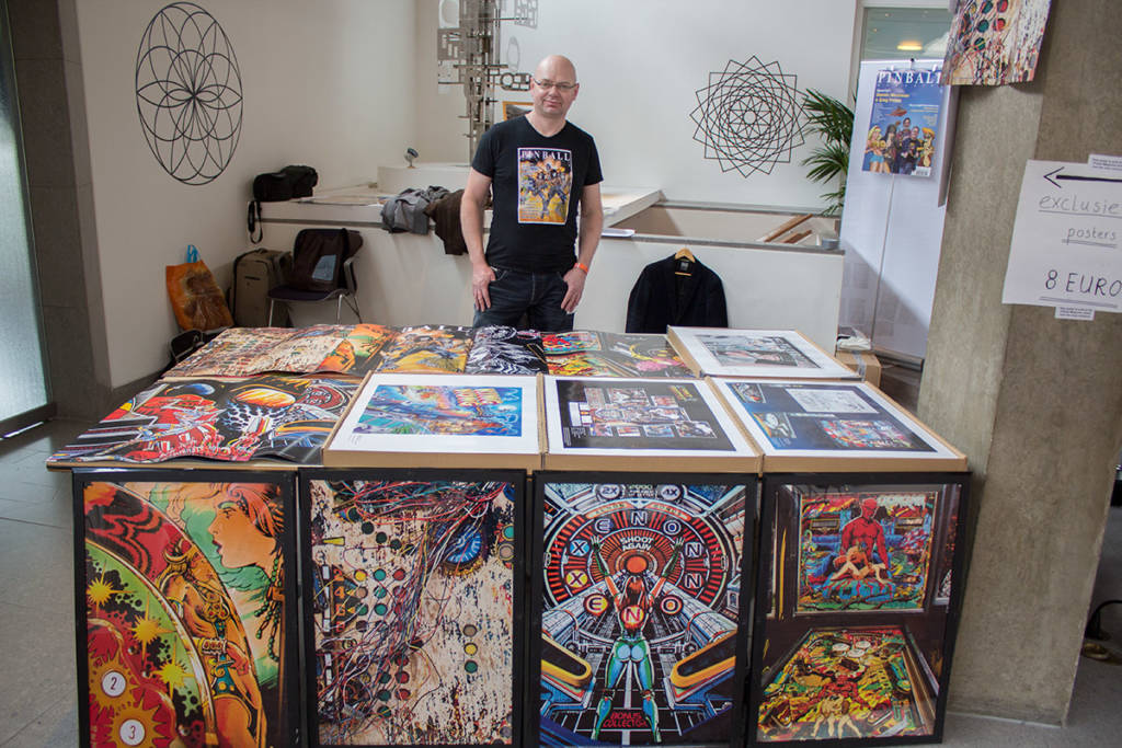 Jonathan Joosten at the Pinball Magazine stand