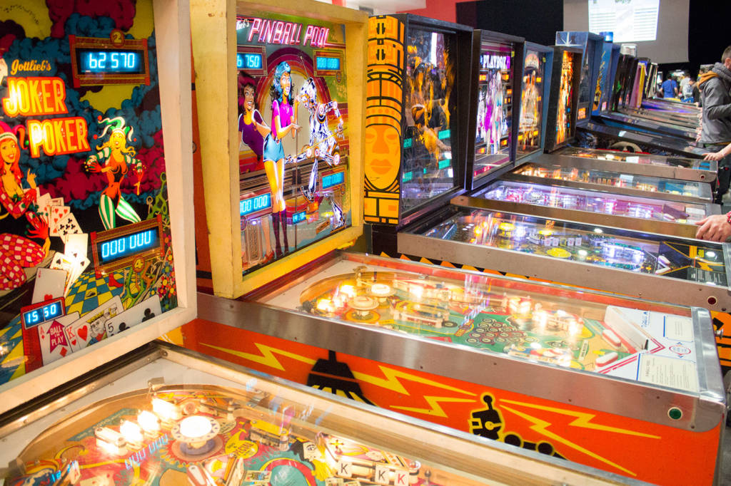 Free play machines in the hall