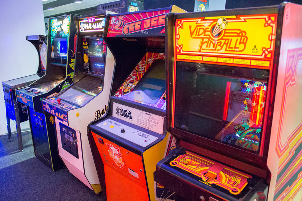 Upright physical and video pinball games